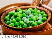 Зеленый горошек в коричневой железной миске. Стоковое фото, агентство BE&W Photo / Фотобанк Лори