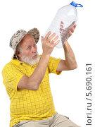 Пожилой мужчина в шляпе с пустой пятилитровой бутылкой. Стоковое фото, фотограф Сергей Старуш / Фотобанк Лори
