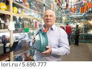 Купить «Мужчина держит канистру моторного масла в магазине», фото № 5690777, снято 14 апреля 2012 г. (c) Яков Филимонов / Фотобанк Лори