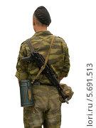 Купить «Солдат с автоматом на белом фоне», фото № 5691513, снято 22 мая 2019 г. (c) Георгий Хрущев / Фотобанк Лори