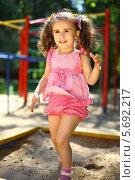 Купить «Маленькая девочка играет в песочнице в летний день», фото № 5692217, снято 4 июня 2013 г. (c) Losevsky Pavel / Фотобанк Лори