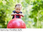 Маленькая девочка с мячом для прыжков в парке, фото № 5692325, снято 4 июля 2013 г. (c) Losevsky Pavel / Фотобанк Лори