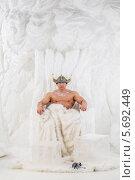 Купить «Мужчина-культурист в шлеме викинга сидит в кресле с мехом в студии с искусственным снегом», фото № 5692449, снято 3 октября 2013 г. (c) Losevsky Pavel / Фотобанк Лори