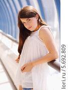 Купить «Портрет юной девушки в белой блузке и шортах», фото № 5692809, снято 21 июня 2013 г. (c) Losevsky Pavel / Фотобанк Лори