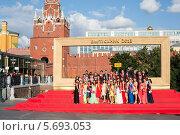 Купить «Выпускники средней школы фотографируются неподалеку от Кремля, Москва», фото № 5693053, снято 23 июня 2013 г. (c) Losevsky Pavel / Фотобанк Лори