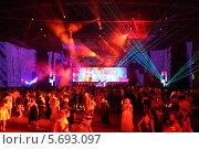 Купить «Танцы в гостином дворе на выпускной, 23 июня 2013 г. в Москве, Россия.», фото № 5693097, снято 24 июня 2013 г. (c) Losevsky Pavel / Фотобанк Лори