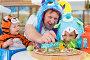 Мужчина с двумя детьми в карнавальных костюмах сидят за столом с пиццей, фото № 5693289, снято 16 августа 2013 г. (c) Losevsky Pavel / Фотобанк Лори