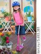 Купить «Симпатичная девочка в шлеме с самокатом», фото № 5693381, снято 16 августа 2013 г. (c) Losevsky Pavel / Фотобанк Лори