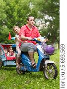 Купить «Папа и трое счастливых детей едут на скутере с коляской», фото № 5693569, снято 2 июня 2013 г. (c) Losevsky Pavel / Фотобанк Лори