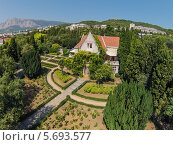 Купить «Дворец Харакс с зеленым садом», фото № 5693577, снято 28 августа 2013 г. (c) Losevsky Pavel / Фотобанк Лори