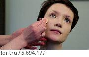 Купить «Визажист наносит тональный крем на лицо модели», видеоролик № 5694177, снято 10 февраля 2014 г. (c) Иван Артемов / Фотобанк Лори