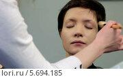 Купить «Нанесение основы для макияжа», видеоролик № 5694185, снято 10 февраля 2014 г. (c) Иван Артемов / Фотобанк Лори