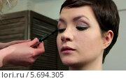 Купить «Стилист наносит тушь на ресницы молодой женщине», видеоролик № 5694305, снято 10 февраля 2014 г. (c) Иван Артемов / Фотобанк Лори