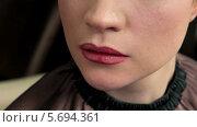 Купить «Стилист делает макияж губ молодой девушке», видеоролик № 5694361, снято 10 февраля 2014 г. (c) Иван Артемов / Фотобанк Лори