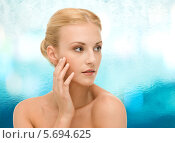 Купить «Красивая девушка с гладкой кожей на лице и шее», фото № 5694625, снято 9 марта 2013 г. (c) Syda Productions / Фотобанк Лори