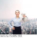 Счастливая молодая бизнес леди с мешком денег в руках. Стоковое фото, фотограф Syda Productions / Фотобанк Лори