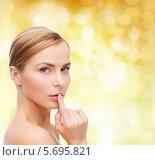 Купить «Красива девушка с бархатной кожей крупным планом», фото № 5695821, снято 5 декабря 2013 г. (c) Syda Productions / Фотобанк Лори