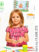 Купить «Девочка делает поделки в детском саду», фото № 5698373, снято 23 ноября 2013 г. (c) Сергей Новиков / Фотобанк Лори