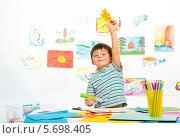 Купить «Мальчик делает поделки из цветной бумаги», фото № 5698405, снято 23 ноября 2013 г. (c) Сергей Новиков / Фотобанк Лори