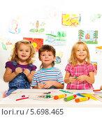 Купить «Дети делают поделки в детском саду», фото № 5698465, снято 23 ноября 2013 г. (c) Сергей Новиков / Фотобанк Лори