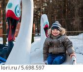 Купить «Счастливый маленький мальчик катается на качелях-лебедях в детском городке», эксклюзивное фото № 5698597, снято 10 марта 2014 г. (c) Игорь Низов / Фотобанк Лори