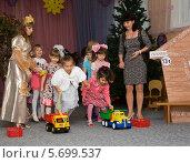 Купить «Соревнования с игрушечными машинами в детском садике», эксклюзивное фото № 5699537, снято 12 ноября 2013 г. (c) Олег Хархан / Фотобанк Лори
