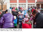 Купить «Угощение блинами на празднике Масленица в детском саду», фото № 5702213, снято 28 февраля 2014 г. (c) Кекяляйнен Андрей / Фотобанк Лори