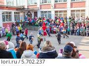 Купить «Дети на игрушечных конях скачут вокруг соломенного чучела, Масленица», фото № 5702237, снято 28 февраля 2014 г. (c) Кекяляйнен Андрей / Фотобанк Лори