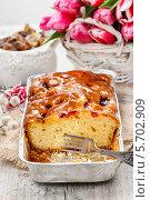 Купить «Фруктовый торт в прямоугольной формочке. Букет из розовых тюльпанов на заднем плане», фото № 5702909, снято 20 февраля 2019 г. (c) BE&W Photo / Фотобанк Лори