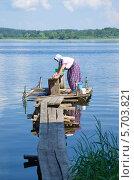 Купить «Осташков. Женщина стирает белье на озере Селигер», эксклюзивное фото № 5703821, снято 25 июня 2013 г. (c) Елена Коромыслова / Фотобанк Лори
