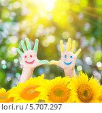 Купить «Разукрашенные детские ручки с улыбками среди цветов», фото № 5707297, снято 21 августа 2013 г. (c) yarruta / Фотобанк Лори
