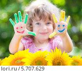 Руки симпатичной девочки с цветной краске и жёлтые подсолнухи. Стоковое фото, фотограф yarruta / Фотобанк Лори