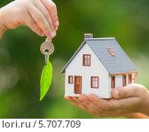 Экологичный дом и ключ в руках. Стоковое фото, фотограф yarruta / Фотобанк Лори