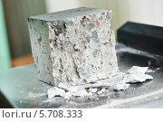Купить «Тест качества бетона», фото № 5708333, снято 19 февраля 2014 г. (c) Дмитрий Калиновский / Фотобанк Лори