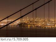 Вид на ночной Сан-Франциско сквозь подвесные опоры моста Золотые ворота. Стоковое фото, фотограф Гуляева Юлия / Фотобанк Лори