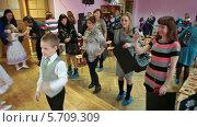 Купить «Малыши веселятся на сцене, родители фотографируют детей», видеоролик № 5709309, снято 15 марта 2014 г. (c) Кекяляйнен Андрей / Фотобанк Лори
