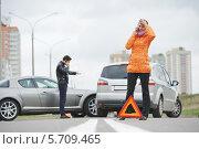 Купить «Авария. Мужчина и женщина стоят около своих машин и разговаривают по мобильным телефонам», фото № 5709465, снято 22 сентября 2013 г. (c) Дмитрий Калиновский / Фотобанк Лори