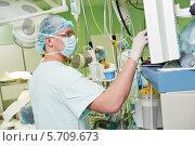 Купить «Врач-анестезиолог в кардиологической операционной», фото № 5709673, снято 10 февраля 2014 г. (c) Дмитрий Калиновский / Фотобанк Лори