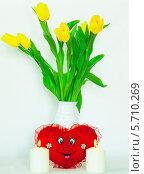 Желтые цветы две горящие свечи и мягкая игрушка. Стоковое фото, фотограф Виктор Шушурин / Фотобанк Лори