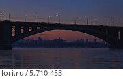 Купить «Мост через Енисей на закате», видеоролик № 5710453, снято 7 февраля 2014 г. (c) Ирина Егорова / Фотобанк Лори