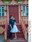 Невеста и жених на крыльце избы (2013 год). Редакционное фото, фотограф Александра Орехова / Фотобанк Лори