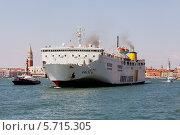 Купить «Пассажирское судно отходит от причала Венеции», фото № 5715305, снято 11 августа 2013 г. (c) Юрий Кирсанов / Фотобанк Лори
