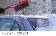 Купить «Девушка очищает автомобиль от снега», видеоролик № 5720201, снято 10 февраля 2014 г. (c) Иван Артемов / Фотобанк Лори