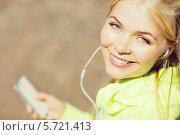 Купить «Привлекательная блондинка со смартфоном слушает музыку в наушниках», фото № 5721413, снято 19 июня 2013 г. (c) Syda Productions / Фотобанк Лори