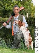 Купить «Мужчина с собакой отправились на охоту», фото № 5723337, снято 28 сентября 2010 г. (c) Phovoir Images / Фотобанк Лори