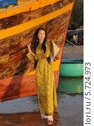 Купить «Девушка в национальной вьетнамской одежде Аозай», фото № 5724973, снято 19 января 2014 г. (c) макаров виктор / Фотобанк Лори