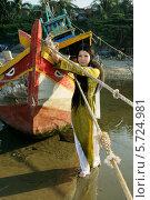 Купить «Девушка в порту», фото № 5724981, снято 19 января 2014 г. (c) макаров виктор / Фотобанк Лори