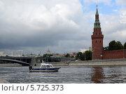 Катер полиции на Москве-реке,вид на Кремль и Большой Каменный мост (2013 год). Редакционное фото, фотограф Ольга Коцюба / Фотобанк Лори