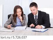 Купить «деловые мужчина и женщина что-то считают на калькуляторе», фото № 5726037, снято 12 октября 2013 г. (c) Андрей Попов / Фотобанк Лори