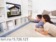 Купить «муж с женой смотрят телевизор», фото № 5726121, снято 12 октября 2013 г. (c) Андрей Попов / Фотобанк Лори